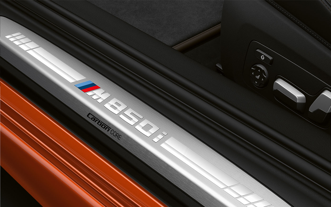 Close-up van de instaplijst van de BMW 8 Serie Coupé met M850i logo